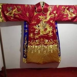 女子用黄金白银绣龙袍价值40万 网友:真有钱给谁穿【图】